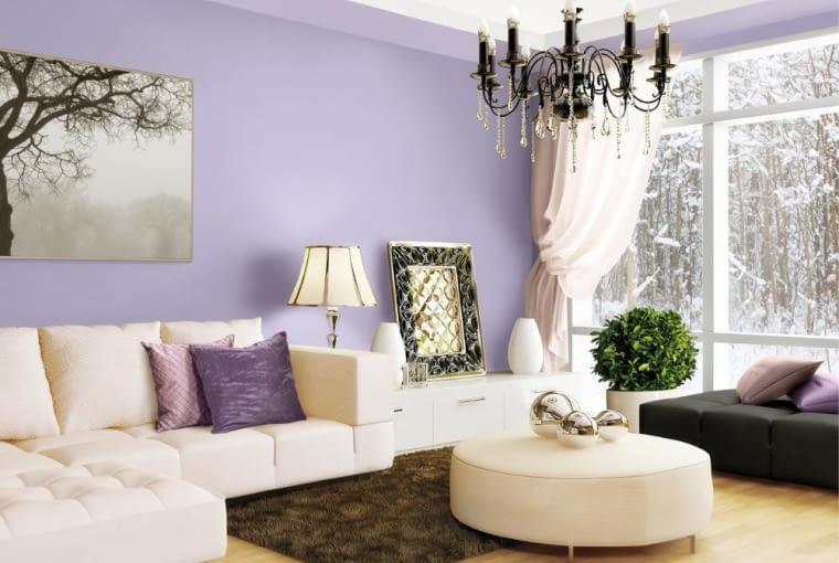 Białe meble i fioletowe ściany