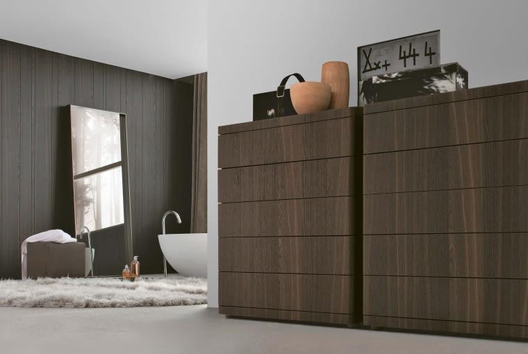 Naturalna okleina w łazience. Odpowiednio zabezpieczona lakierem może nawet zdobić ściany. Zdjęcie Poliform, poliform.it