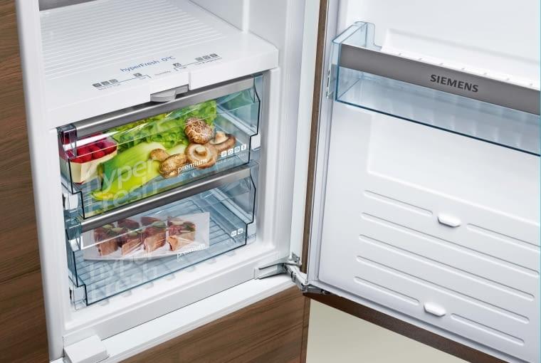 Chłodziarko-zamrażarka KG39FPI35 z systemem hyperFresh premium. Zapewnia on trzykrotnie dłuższą świeżość przechowywanych produktów. Sterowanie wilgotnością i temperaturą w komorach z systemem hyperFresh odbywa się z poziomu zewnętrznego wyświetlacza na drzwiach urządzenia. Temperatura w komorach jest niezależna od temperatur w chłodziarce i zamrażarce. Siemens, siemens-home.bsh-group.com/pl