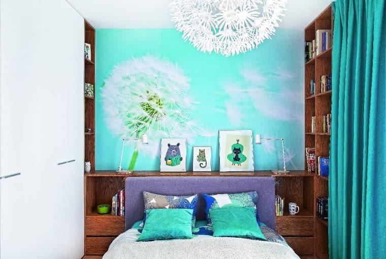 W NIEWIELKIEJ SYPIALNI oprócz łóżka zmieściły się zrobione na wymiar meble: pojemna szafa i regał. Jego niższa część znajduje się za zagłówkiem i służy również jaki szafki nocne.