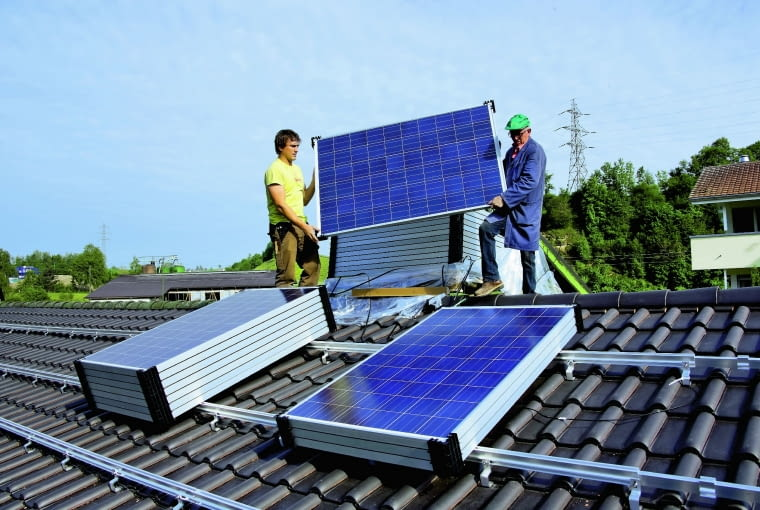 Ogniwa PV na dachu spadzistym układa się na aluminiowych profilach, które przytwierdza się do pokrycia odpowiednimi hakami
