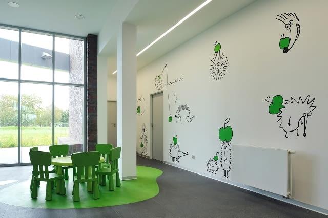 Ośrodek Zdrowia i Ośrodek Pomocy Społecznej w Gierałtowicach autorstwa pracowni OVO Grąbczewscy Architekci- poczekalnia z namalowanym na ścianach komiksem zaprojektowanym przez syna architektów,