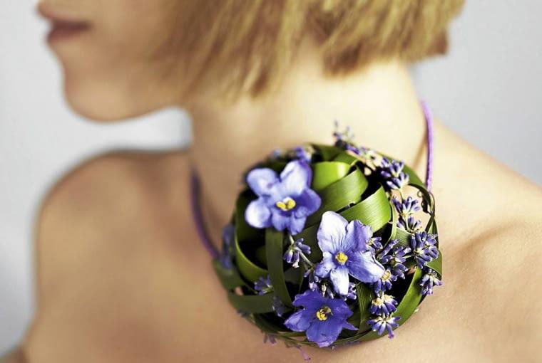 Kolia ozdobiona kulą z rattanu, liści pałki wodnej, kwiatów fiołka afrykańskiego i lawendy.