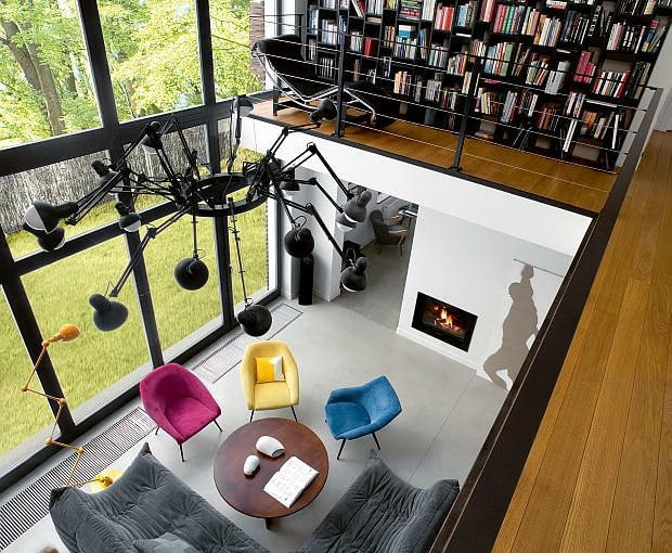 nowoczesny dom, realizacje domów, salon, antresola, biblioteka