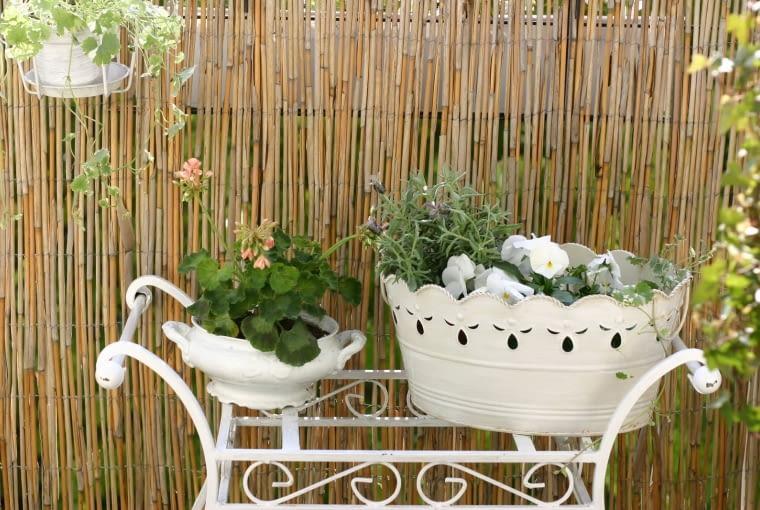 Mały balkon. Wielofunkcyjny mebel: kwietnik, stolik, fotel