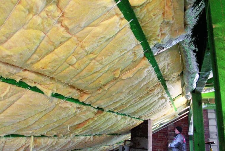 Drewniane łaty przygotowane do mocowania płyt gipsowo-kartonowych są wprawdzie z zaimpregnowanego drewna dobrej jakości, ale okładzina z płyt od początku jest skazana na pękanie