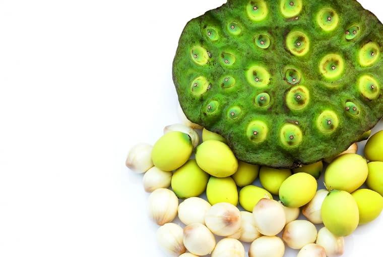 Owoc i wyłuskane jadalne nasiona - żółte w łupinach, białe - bez nich.