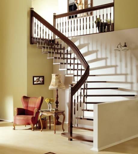 Balustrada idealnie dopasowana do schodów: ten sam materiał i tak samo lekka konstrukcja