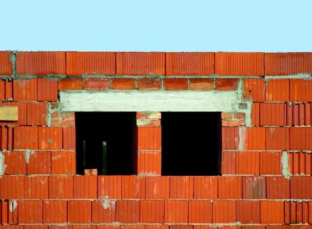 Betonowa belka, wylewana w deskowaniu - to najtańszy i najpopularniejszy sposób na nadproże w ścianie dwuwarstwowej