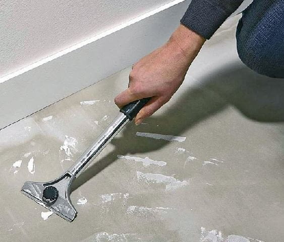 Jeżeli betonowa wylewka nie wymaga poziomowania pamiętajmy, by usunąć z niej także resztki wszelkiego typu zapraw i farb