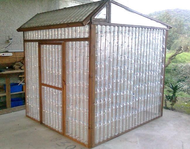 To praca dla majsterkowicza. Taka altana z butelek wymaga wprawy i cierpliwości, ale efekt jest niewiarygodny. Więcej na: www.thegardenglove.com