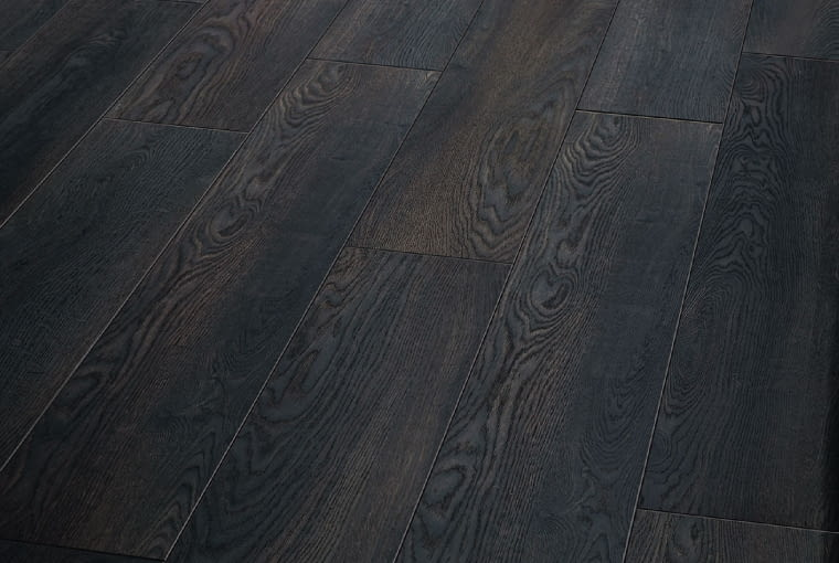 Renaissance, Blackfired Oak/Balterio/Vox Klasaścieralności: AC4; klasa użyteczności: 32 odporne na zarysowania i plamy innowacyjny system montażu. Cena: 89,90 zł/m2, www.vox.pl