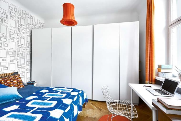 STONOWANĄ SYPIALNIĘ urozmaicają kolorowe akcenty: lampa z IKEA, narzuta z Nap, zasłony uszyte z tkaniny kupionej przed laty w Cepelii. Tapeta jest marki Graham & Brown.