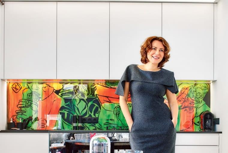 ZWYKŁA KUCHNIA? NIE! Agnieszka wymyśliła, że odmieni ją za pomocą murala Anki Mierzejewskiej. Nad blatem widzimy dziewczynkę, która liże lody, parę dzieci chroniących w rękach żabkę oraz dziewczynkę pijącą wodę z plastikowej butelki.