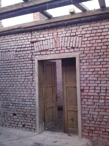 dom z cegły,otwór na drzwi,nadproże z cegły
