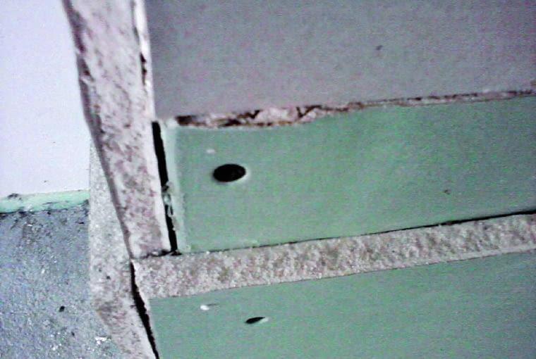 Brak przesunięcia łączeń pierwszej i drugiej warstwy mocowanych płyt gipsowo-kartonowych oraz brak szpachlowania łączeń pierwszej warstwy płyt