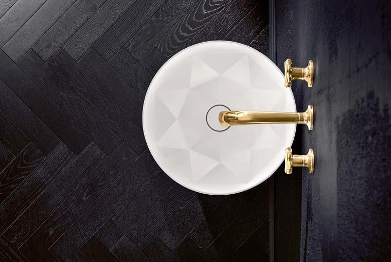 Umywalka niczym klejnot. Wnętrze wykonanej z innowacyjnego materiału TitanCeram umywalki Octagon ma wyjątkowo cienkie ścianki i brylantowy szlif. Idealnie pasuje do aranżacji inspirowanych art déco. Villeroy & Boch, villeroy-boch.pl