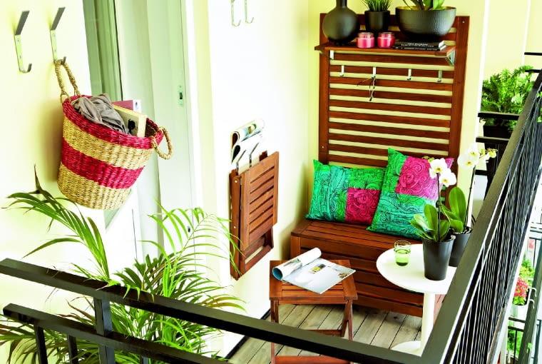 Ława balkonowa z drewna akacji, ze schowkiem i panelem ściennym (o wys. 158 cm), IKEA.