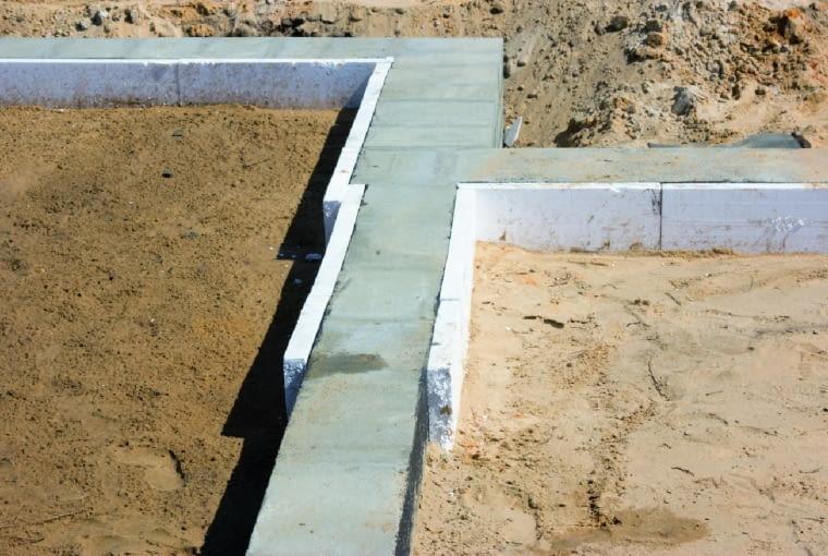 W przypadku zewnętrznych ścian jedno- lub dwuwarstwowych izolację cieplną ścian fundamentowych wyprowadza się ponad poziom gruntu, tworząc wówczas także ocieplenie strefy cokołowej