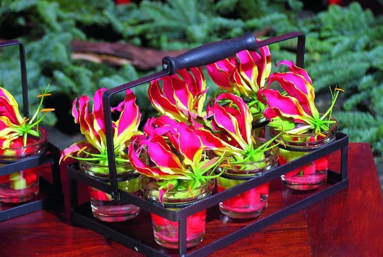 Cięta glorioza długo zachowuje świeżość. Na zdjęciu: kompozycja wszklankach zpojedynczymi kwiatami ikawałkami kolorowej gąbki.