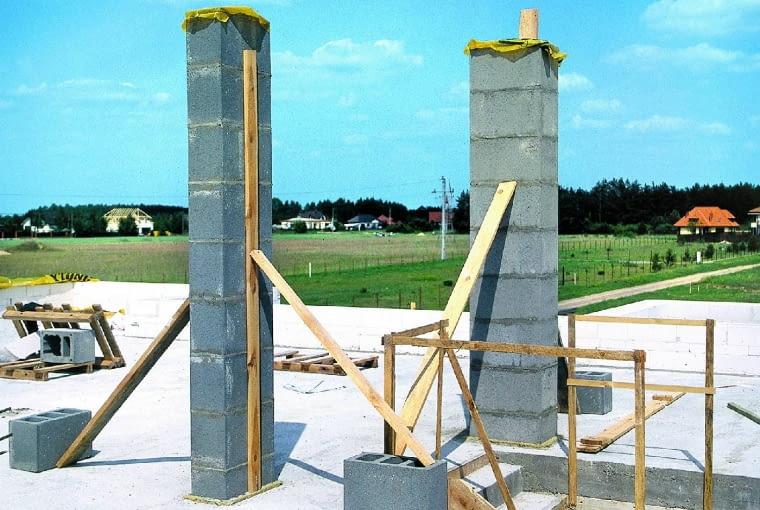 Podczas wznoszenia ścian zewnętrznych jednocześnie muruje się kominy. Zakładając, że standardowo w każdym domu jest sześć szachtów kominowych (w tym pionów wentylacyjnych) oraz jeden przewód dymowy, łączny koszt ich wykonania i wykończenia wynosi około 5500 zł (w tym materiał i robocizna).