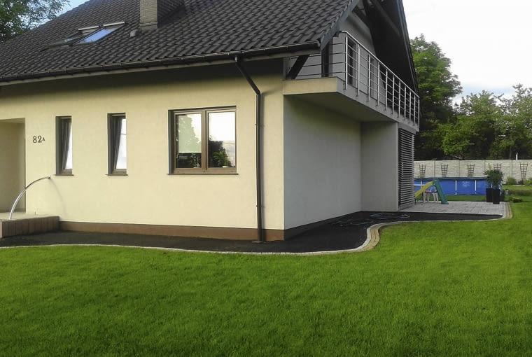 dom z ogrodem, rabata bylinowa z trawami,