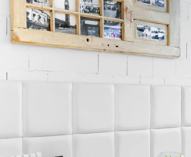 Nie masz pomysłu na wyeksponowanie zdjęć? Wykorzystaj do tego stare drzwi. Po oszlifowaniu i odmalowaniu staną się niebanalną dekoracją. Możesz wykonać w nich otwory na zdjęcia, bądź po prostu przypiąć fotografie do drewna.