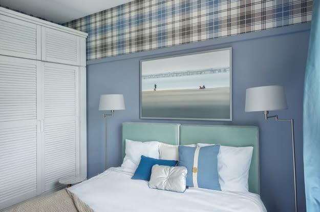 W sypialni zadbano także o miejsce na przechowywanie. Duża szafa rozciąga się na całą ścianę.