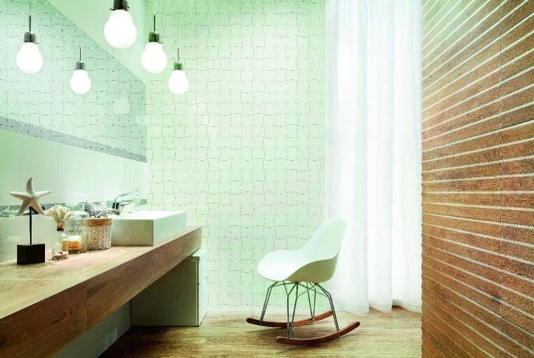 Jakie podobne! Gresowe płytki z kol. Royal Place inspirowane są naturalnym drewnem. W duecie z białą mozaiką o falistej linii wyglądają nowocześnie i elegancko. 49,94 zł/szt. (mozaika ścienna), 119,93 zł/m2 (płytka podłogowa), Tubądzin, tubadzin.pl