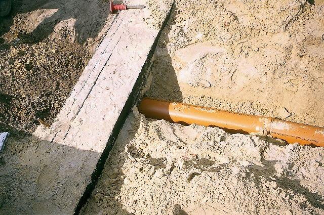 Zewnętrzny odcinek instalacji kanalizacyjnej układa się ze spadkiem minimum 2%, a jego średnica powinna być co najmniej równa średnicy największego przewodu odpływowego