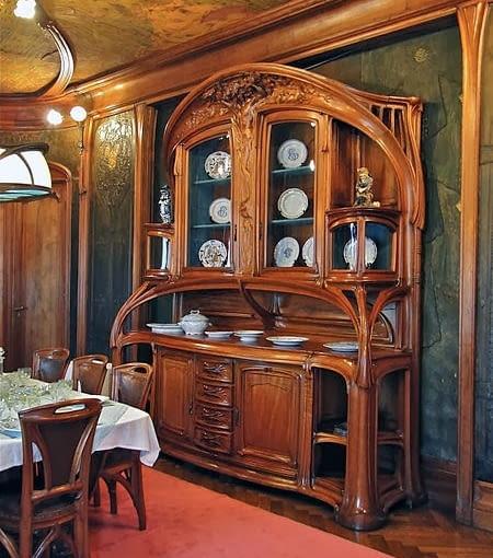 Secesyjny kredens. Miejsce przechowywania zastawy stołowej. Połączenie kuchni i jadalni