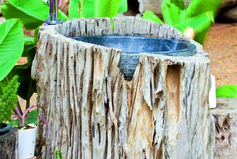 ogrodowa 'umywalka' w drewnianej obudowie. Wystarczy wydrążyć pień, wyścielić go folią i wstawić do środka miskę lub inne wodoodporne naczynie.