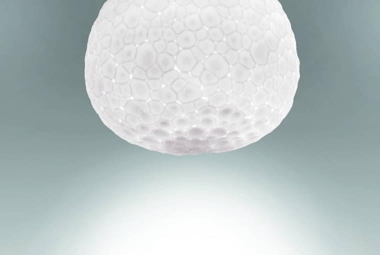 Meteorite: Klosz tej efektownej lampy rzeczywiście wygląda jak meteoryt. Wykonany został przy użyciu techniki rzemieślniczej z podwójnej warstwy dmuchanego szkła. Dzięki oszlifowaniu szkło uzyskało porowatą, nierówną strukturę, która pięknie załamuje światło, rozświetlając wnętrze, 1450 zł, Artemide, artemidepolska.pl
