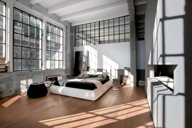 Duża przestrzeń i niebotyczna wysokość. Za sypialnią, która jest przedłużeniem strefy dziennej, udało się urządzić pokoje dla syna i córki na dwóch poziomach. Oddzielająca je ściana jako jedyna sięga stropu, ale nawet ją prześwietlono szerokim pasem wewnętrznych okien.
