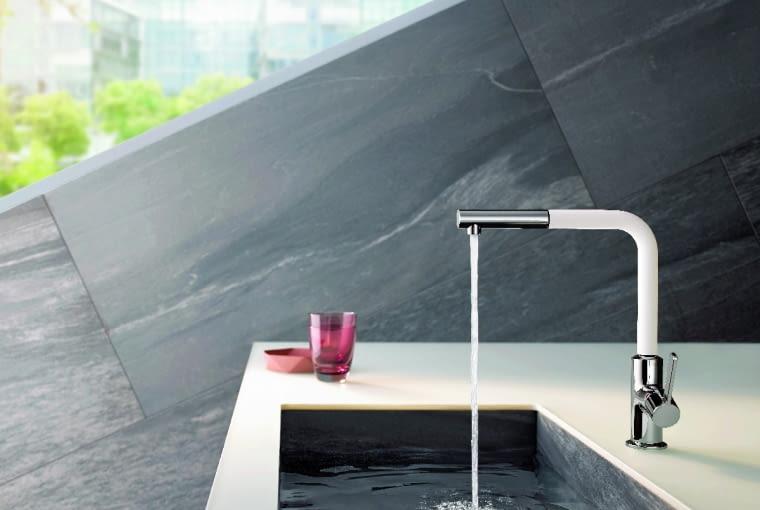 Smukła i minimalistyczna sylwetka baterii z wyciąganą i obracaną w zakresie 360°wylewką