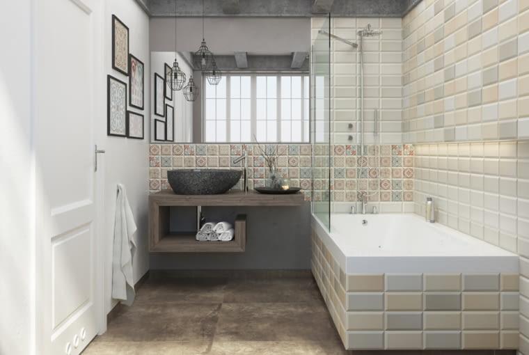 Atutem tej łazienki jest ciekawe zestawienie różnych płytek. Dzięki utrzymaniu ich w spójnej tonacji kolorystycznej wnętrze nie jest chaotyczne.