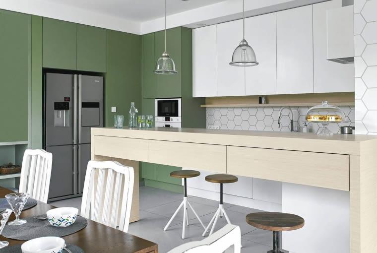 Salon połączony z kuchnią w nowoczesnym wydaniu.