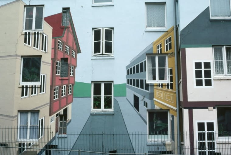 Drugie co do wielkości miasto Niemiec to idealne miejsce na oryginalną architektoniczną wycieczkę. Spotkasz tu zarówno spichlerze z XIX wieku z ceglanymi magazynami stojącymi nad kanałami, jak i jedno z najnowocześniejszych dzielnic portowych Hafencity. Hamburg to tętniące życiem miasto kontrastów, które upodobali sobie wspólcześni artyści. Na zdjęciu malowidło ścienne w stylu Tromp l'Oeil na jednym z budynków mieszkalnych w Hamburgu.