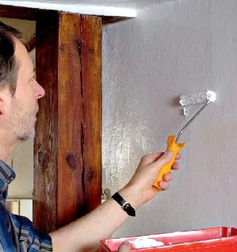 Krok 6. By odnawiane miejsce nie różniło się kolorystycznie, całą ścianę pokrywamy taką samą farbą, jaką była pomalowana poprzednio
