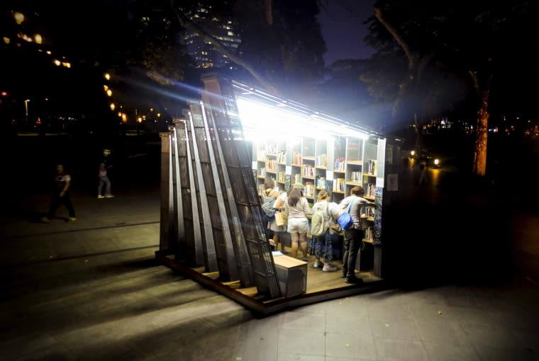 The Book Stop Project, Makati, Filipiny, proj. WTA Architecture and Design Studio, nominacja w kategorii budynki zrealizowane, małe projekty. Projekt jest próbą odpowiedzi jak w dzisiejszym świecie zachęcić ludzi do czytelnictwa. Tradycyjne biblioteki dziś nie do końca odpowiadają na potrzeby młodych użytkowników. Projekt zakładał stworzenie niewielkich struktur przeznaczonych do wymiany książek a przy okazji stworzenia miejsc spotkań i wymiany myśli.