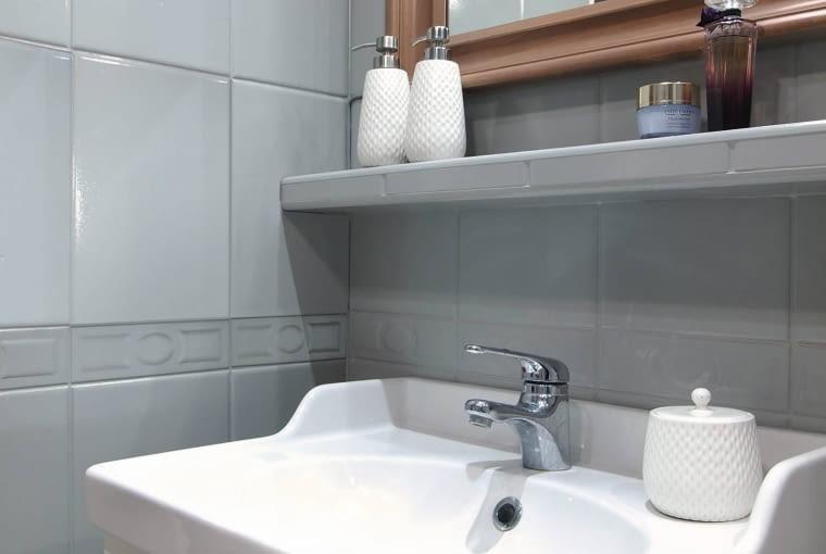 PO ZMIANIE. Umywalka z wygodnym blatem to jedyne nowe urządzenie sanitarne. Wspiera się na sporej szafce mieszczącej rzeczy, których wcześniej nie było gdzie schować. OLYMPUS DIGITAL CAMERA