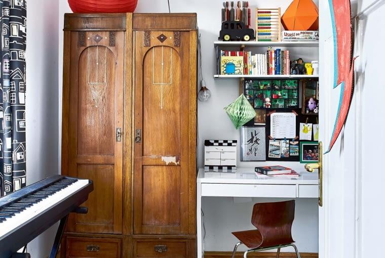 W POKOJU DZIESIĘCIOLETNIEGO LOLKA stanęła wiekowa szafa. Maria nazywa ją 'panieńskim meblem', bo to prezent od jej mamy na pierwsze mieszkanie. Obok szafy - proste nowoczesne biurko.