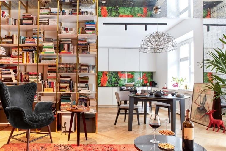 NAJWAŻNIEJSZY MEBEL W DOMU. Lekki regał na książki z otwartymi półkami zaprojektowali Joanna Piotrowska i Jakub Babik.