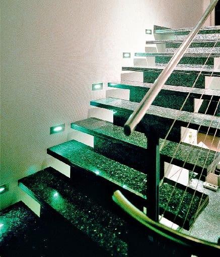 Diody LED nie mogą na razie zastąpić wszystkich żarówek czy energooszczędnych świetlówek używanych do oświetlenia pomieszczeń mieszkalnych. Idealnie za to sprawdzają się tam, gdzie potrzebujemy intensywnego, skupionego strumienia światła lub kolorowej świetlnej dekoracji.