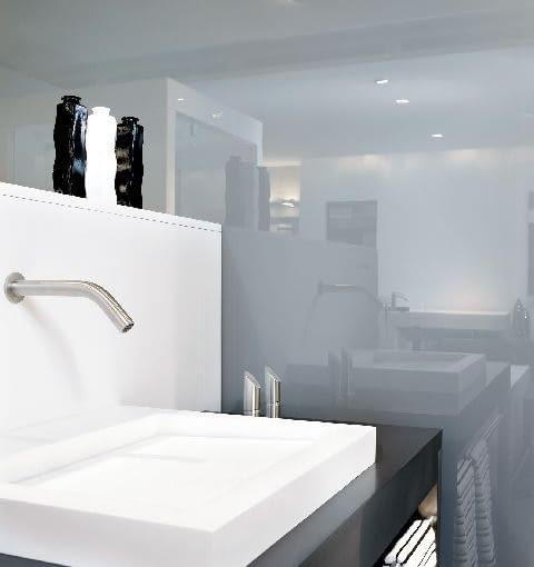 Szklane tafle mogą być cięte, poddawane obróbce krawędziowej oraz nawiercane jak lustro.