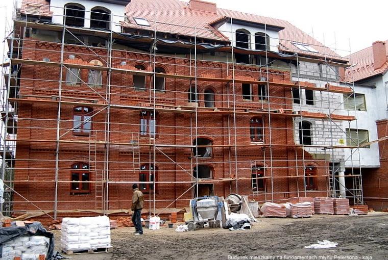 Budowa mieszkań na fundamentach młyna w 2008 r.