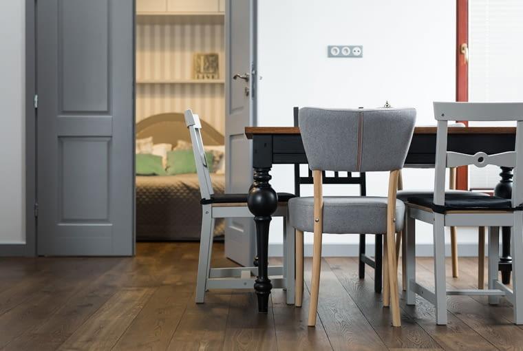 W salonie stanął stół z nogami w efektownym kształcie.