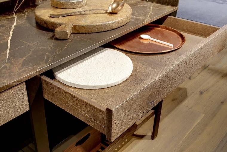 Drewno, cienki blat z kamienia o pięknym rysunku żyłek plus ciepły blask miedzi w dodatkach. Model K-Lab, włoskiej marki Ernestomeda, proj. Giuseppe Bavuso.