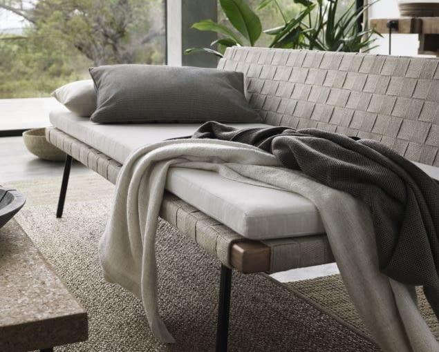 Meble tapicerowane naturalnymi tkaninami. Na zdjęciu: leżanka, IKEA.