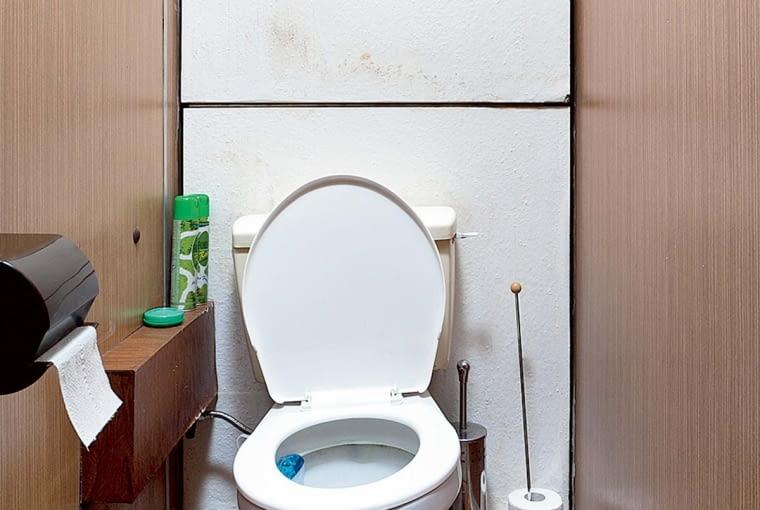 Przed remontem. Za ścianą z umywalką znajdowała się mała toaleta - urządzona w tym samym czasie co łazienka, była w podobnym stanie.